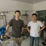 刘阳和助手黄志伟在制作室里