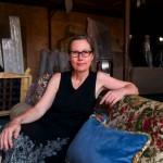 Marianne Friese qui crée des sofas et des fauteuils pose sur une de ses créations.