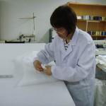 Une des 7 couturières employées par Rouge Baiser à Shanghai.