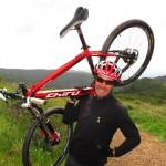 Pierre-Arnaud Le Magnan ici avec un vélo d'endurance en carbone de Chiru Bikes, sa société.