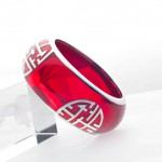 "6.Marion Carsten's 原创出品:镶有""寿""字符的红色手环,材质包括:标准纯银,镀铂金和树脂。"