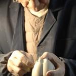 7.景德镇瓷器建模与浇筑大师黄先生正在打磨一块LATITUDE设计的瓷器雏形