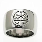 """7.属于""""长寿系列""""的一个戒指,材质包括标准纯银和镀铂金。"""