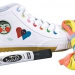 """Un modèle très populaire appelé """"Your Shu"""": Il est vendu avec 50 décalcomanies qui peuvent être appliquées sur les chaussures à l'aide d'un fer à repasser."""