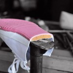 """舒龙独辟蹊径,采用""""海绵状""""填充物,令帆布鞋舒适耐穿,而且充满弹性。"""