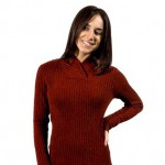 Un pull Khunu: modèle Alexandra, tricot à côtes et col châle, existe en 3 couleurs.