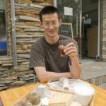 Liu Yang le fromager de Pékin avec un verre de rosé et une sélection de ses fromages!
