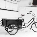 Le volet arrière du tricycle Sanitov peut s'ouvrir pour transporter des objets longs.