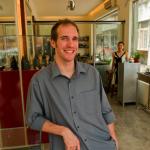 金银珠宝匠Nicolas Favard摄于他的北京店铺内