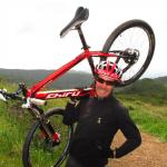 Pierre-Alain Le Magnan avec un Laktik X9 de sa marque Chiru Bikes sur une piste californienne.