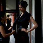 La créatrice de mode Kathrin von Rechenberg avec un de ses mannequins lors d'un défilé à Aman at the Summer Palace à Pékin.