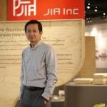 Christopher Lin, natif de Taiwan, est le fondateur et le président de JIA-Inc sa société basée à Hong Kong qui est spécialisée dans les arts de la table.