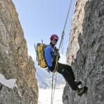 """一名中国的山地向导正和中国登山高级人才培训班的技术总监Olivier Balma一起训练。他身穿奥索卡的极地羊毛外套和双肩背包,位于法国上阿尔卑斯地区Massif des Écrins """"白冰川""""山峰的南边山脊(Olivier Balma摄)"""