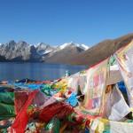 经幡说明了这是一个神圣的地方:这里是西藏东部康省的一个湖附近