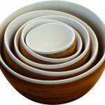 Ces bols faits main en bambou carbonisé et porcelaine sont une création de Designschneider pour JIA-Inc.