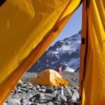 奥索卡在中国西部新疆省博格达峰为NMiC设立的帐篷(Olivier Balma摄)