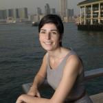 Marion Chaygneaud-Dupuy photographiée à Hong Kong avec le port de Victoria en fond.