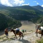 Vue sur l'endroit où le ferry de Daju traverse la rivière Jinsha entre Lijiang et Shangri-la, province du Yunnan.
