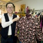 Lau先生也制作这种用意大利绸缎制成的夹克。