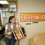 Annalisa Ryle, la fondatrice de Bez & Oho pose avec une de ses créations dans les bureaux de sa société à Hong Kong.