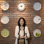 "Grace Ching摄于位于香港上环(Sheung Wan)的东街店。她和丈夫William共同创立""爱陶乐""(Loveramics)品牌。"