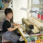 Mme Yip une des couturières de Bez & Oho à Hong Kong.