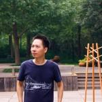 赵雷身后这款由他亲自设计的简约衣帽架深受中国年轻都市消费者的喜爱