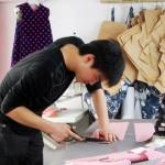 掌握中国裁剪技术的小刘在北京的一间工作室里为Tang'Roulou制作服装。