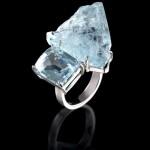 这枚美丽的Paloma Sanchez戒指上镶有两块产自马达加斯加的海蓝宝石,一块经过了切割,另一块保留了未经切割的天然模样 。
