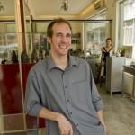 Nicolas Favard dans son magasin du quartier de Sanlitun à Pékin.