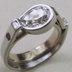 Bague créée par Nicolas Favard, en platine et or à 750/1000, sertie d'un diamant taille poire d'1/2 carat SI/ IJ d'un rubis et deux diamants taille baguette.