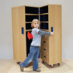 Sand's first creation: a wardrobe called MM1. It is a trunk wardrobe on wheels designed for people from 3 years old and up.