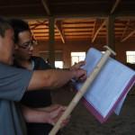 Zhao Lei, le fondateur de Smartwood discute avec un charpentier pour résoudre un problème technique.