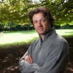 Julian Wilson,Khunu 的建立者和所有者,照片中,他身着自己的产品,羊绒质地毛衫。