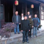 Wang Haoran先生(左上排)和其祖父, 緙 丝大师以及工人在作坊外。