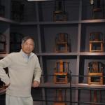 Mr Kele Ma photographié dans son musée de Tianjin, devant des chaises des dynasties Song, Yuan, Ming et Qing.