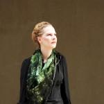 Katrin Reinfurt, la fondatrice de la maison de mode MPMP porte l'écharpe 'paysage magnétique' fait d'une soie spéciale. L'écharpe est disponible dans des imprimés divers: ciel, eau, et forêt. Un traitement spécial fait briller l'écharpe quand elle est au soleil.