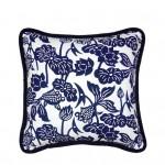 Un coussin de la marque LuRu Home utilisant un motif traditionnel indigo fabriqué avec la méthode Nankeen