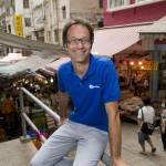 Serge Pierrard, l'un des deux fondateurs de Travel-Stone photographié à Hong Kong dans le labyrinthe des marchés de Mid-Levels.