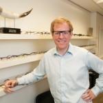 Tom Davies designer de lunettes faites sur mesures, fait faire ses lunettes a Shenzhen.